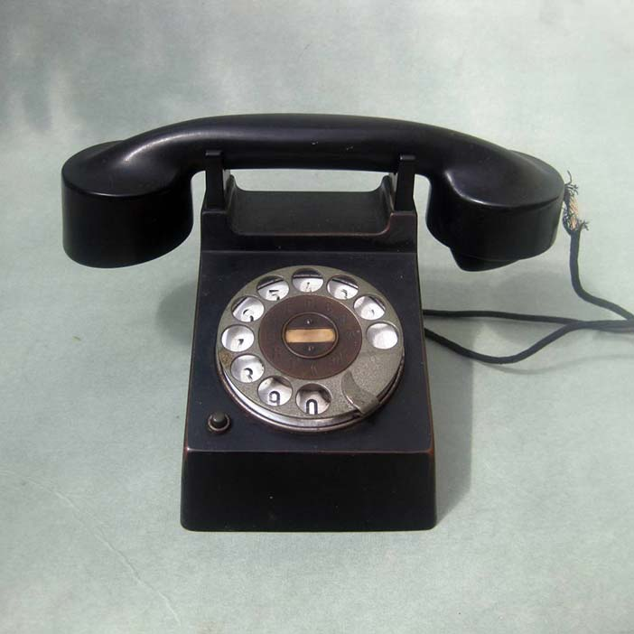 Telephone 'Frankfurt' produced from 1928 by Fuld & Co., also known as the 'Bauhaus telephone'. The shell and handset of the phone was designed by Marcel Breuer, the rest probab